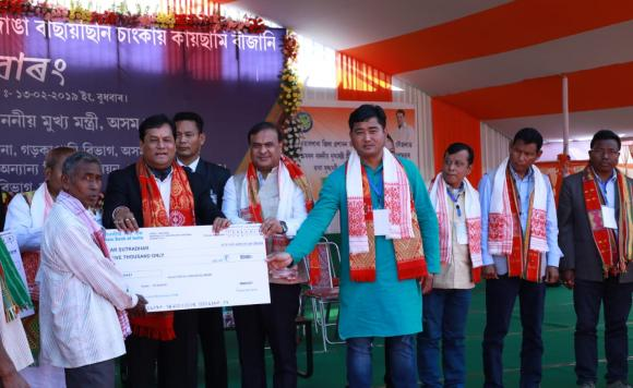 Sarbananda Sonowal distributing financial assistance to beneficiaries under MKSSY